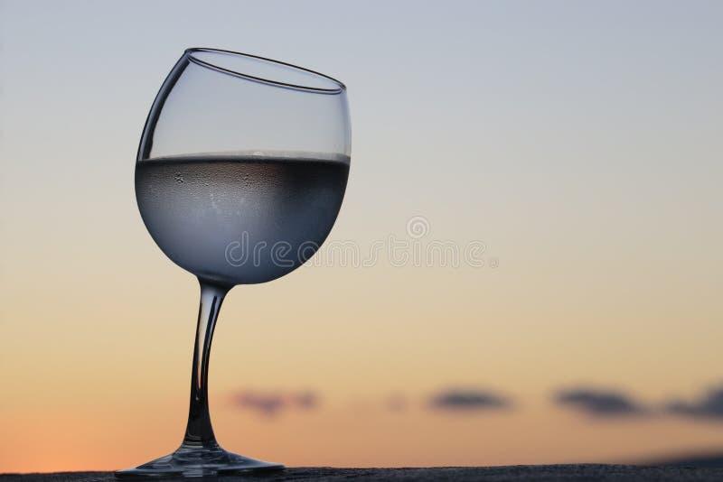 Wonky wijnglas stock foto's