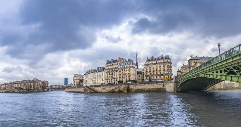 Wonton rzeka w Paryż na chmurnym dniu zdjęcie stock