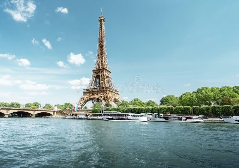 Wonton w Paryż z wieżą eifla w ranku czasie zdjęcia stock
