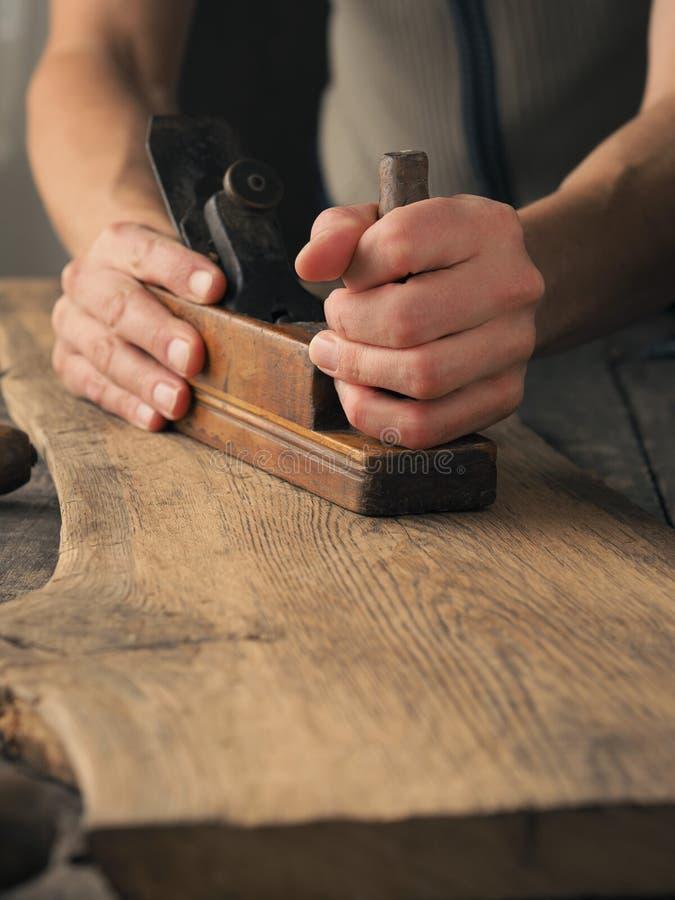 Wood arbete på en gammal planka fotografering för bildbyråer