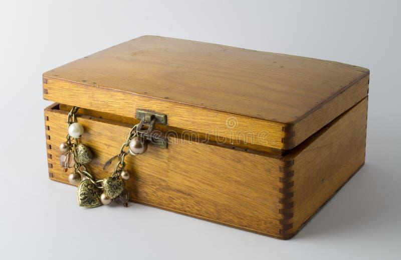 Wood ask för härlig tappning med hjärta- och pärlhalsbandet arkivbild