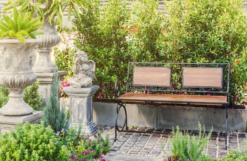 Wood bänk för dekor i trädgård royaltyfria foton