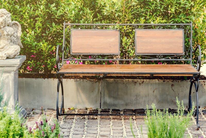 Wood bänk för dekor i trädgård arkivbilder