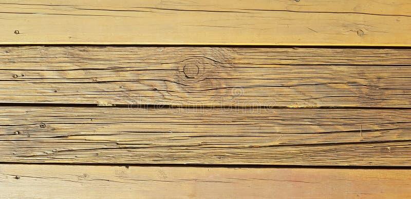 Wood bakgrund Den gammala treen texturerar Stora sprickor, torra bräden arkivfoton