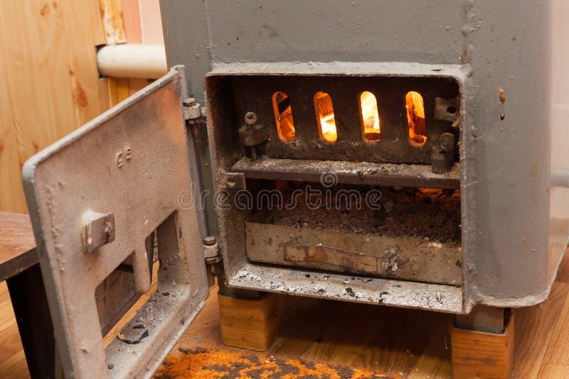 Wood bränning inom den fasta bio bränslekokkärlet Förnybar källa av energi grönt miljövänligt bränsle arkivfoto