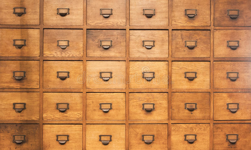 Wood bröstkorg för apotekare med enheter arkivfoton