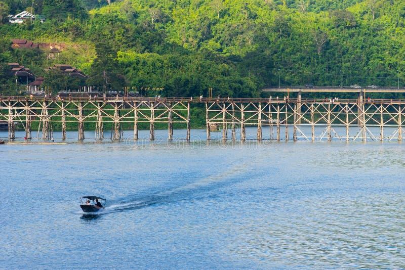 Wood bro på Sangkhlaburi i en morgon, Kanchanaburi, Thailand royaltyfria bilder