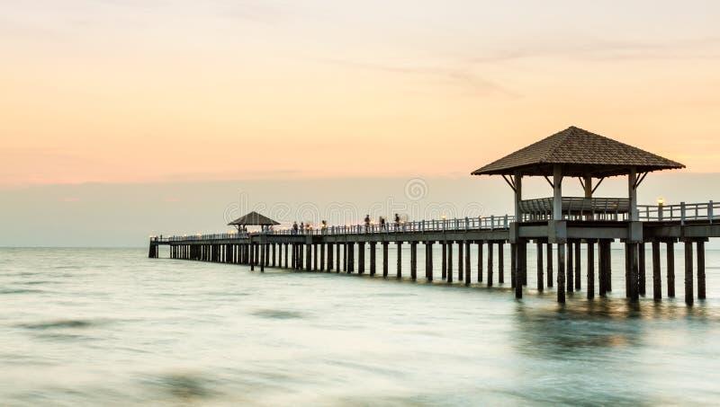 Wood brygga på stranden fotografering för bildbyråer