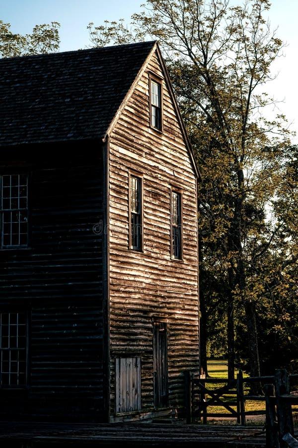 Wood byggnad för historiskt sågverk i gammal by arkivfoton