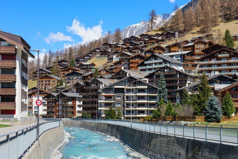 Wood chalet och hotell i Zermatt arkivbild