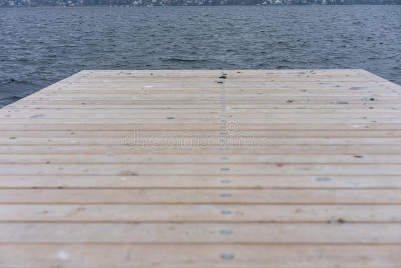 Wood däck på sjön zurich i vinter royaltyfri bild