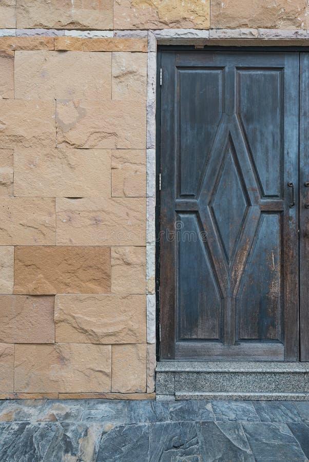 Wood dörr i gammalt stenhus royaltyfria foton