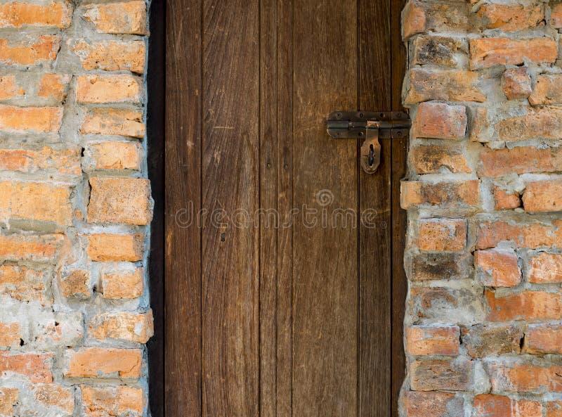 Wood dörr- och tegelstenvägg royaltyfria foton