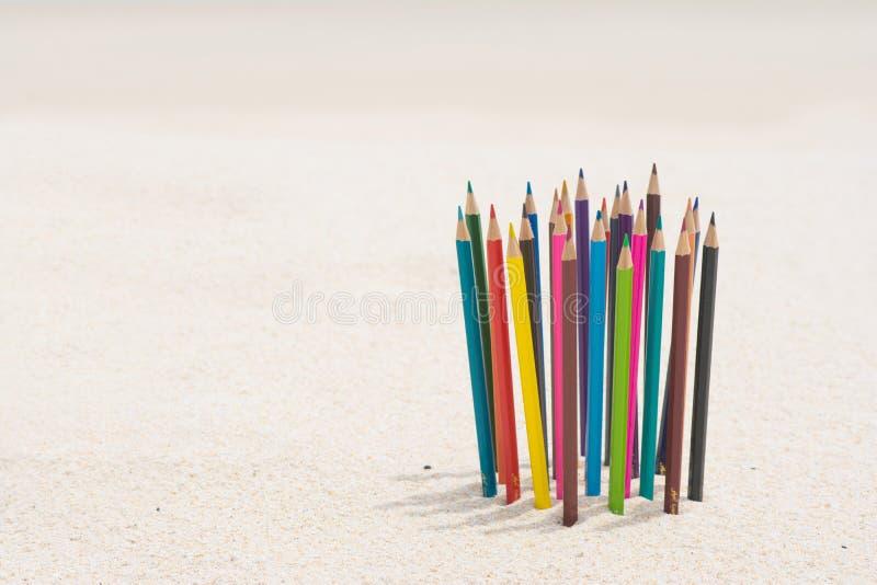 Wood färg för färgpenna på stranden royaltyfria bilder