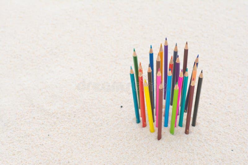 Wood färg för färgpenna på stranden arkivbilder