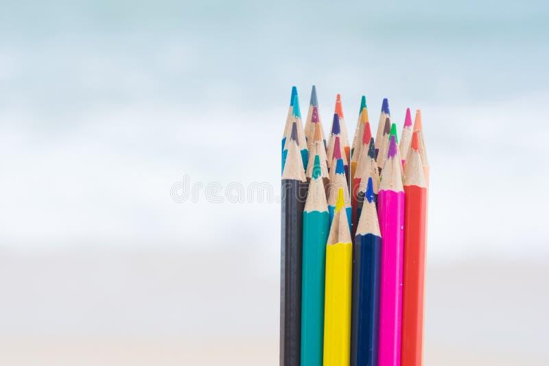 Wood färg för färgpenna på stranden royaltyfri foto