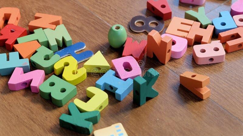 Wood färgrikt ord-/alfabetkvarter för att lära för unge arkivfoton