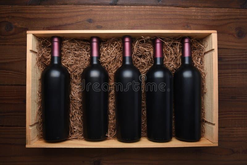 Wood fall av rött vinflaskor royaltyfri bild