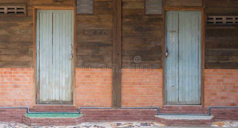 Wood gammalt för dörr i väggtegelstenen arkivfoton