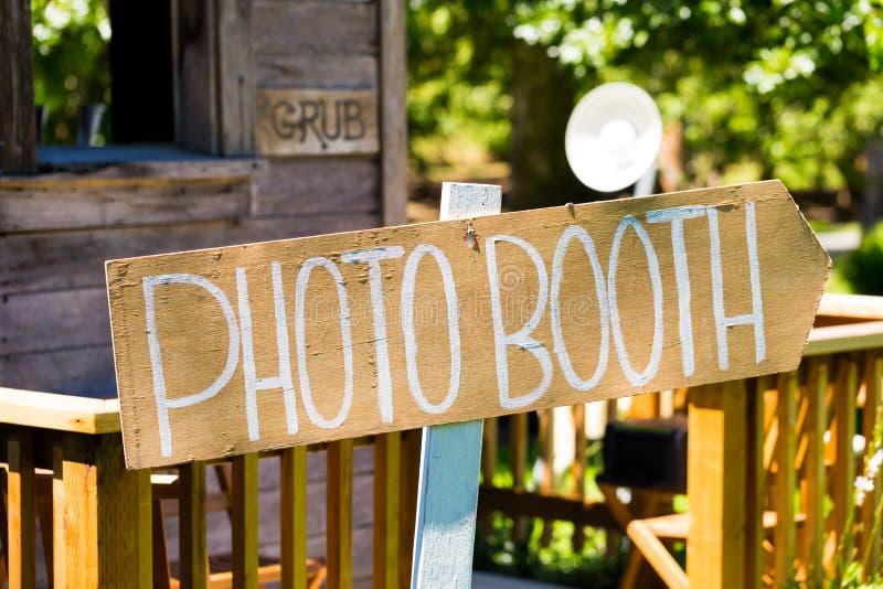 Wood gifta sig Photobooth tecken royaltyfri foto