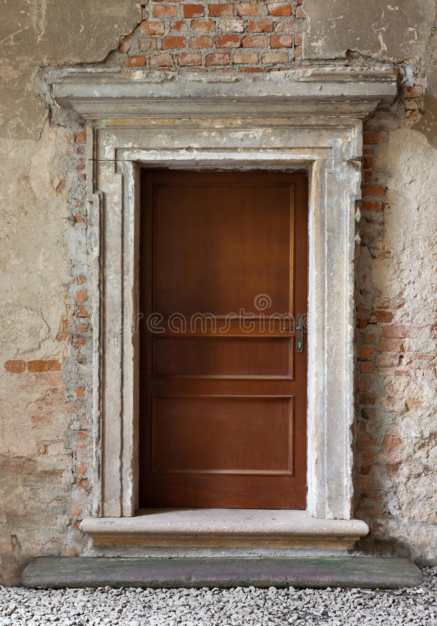 wood gjorda dörrar på övergiven bakgrund arkivfoto