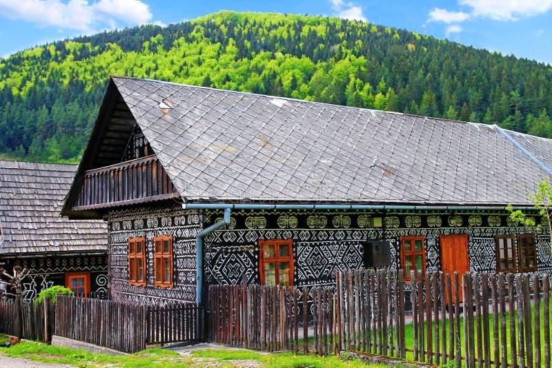 Wood hus i byn Cicmany royaltyfri fotografi