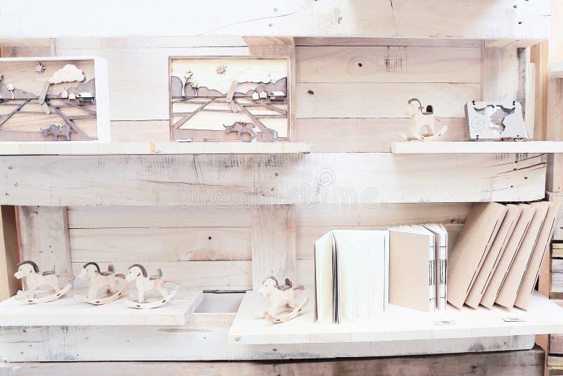 Wood hylla med boken och leksaker arkivbilder