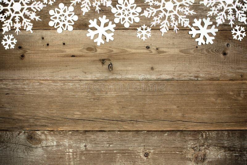 Wood julbakgrund med snöflingor royaltyfria foton