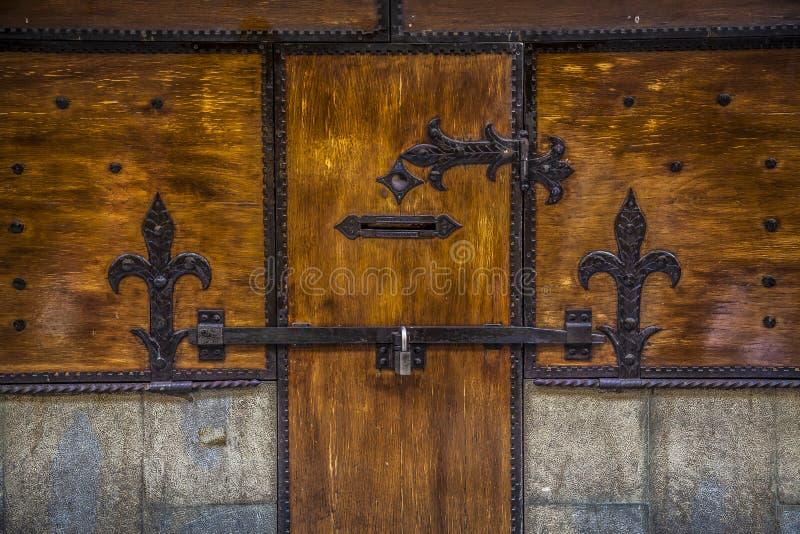 Wood medioeval forntida dörr med låset och friars arkivfoto
