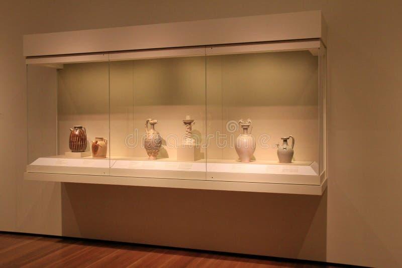 Wood och glass kabinett med utställningen av historisk krukmakeri, Cleveland Art Museum, Ohio, 2016 arkivbilder