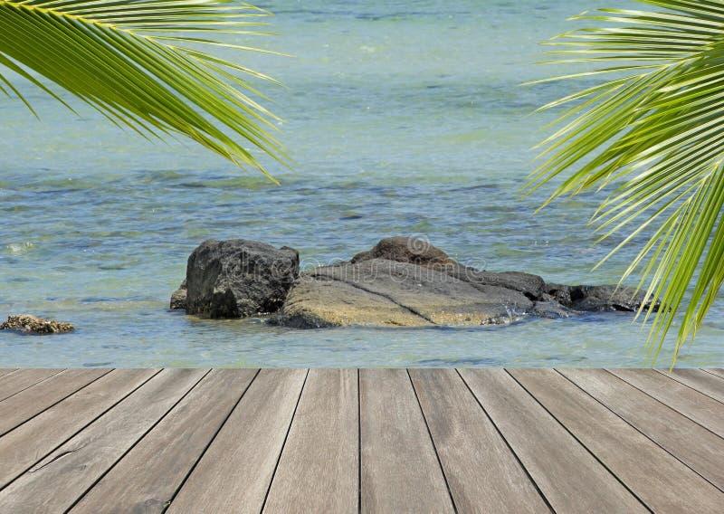 Wood planka över stranden med kokosnötpalmträdet arkivfoto