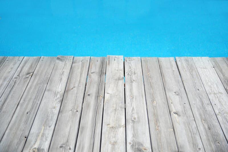 Wood plankapir mot blått vatten royaltyfri fotografi