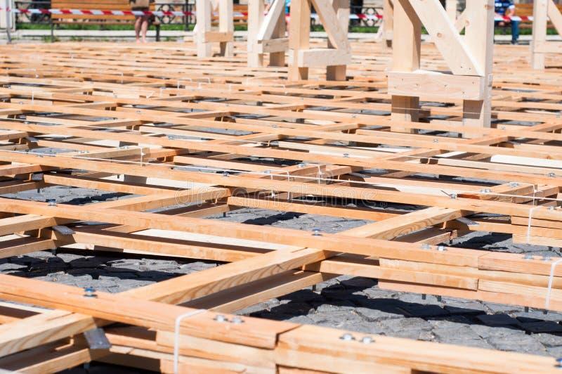 Wood plankor med bultar som bildar ett ingrepp arkivbild