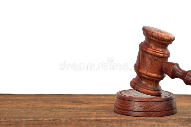Wood skrivbord för domare med auktionsklubban på det isolerade solida brädet arkivbild