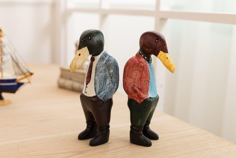 Wood skulptur duckar på skrivbordkontoret royaltyfri fotografi