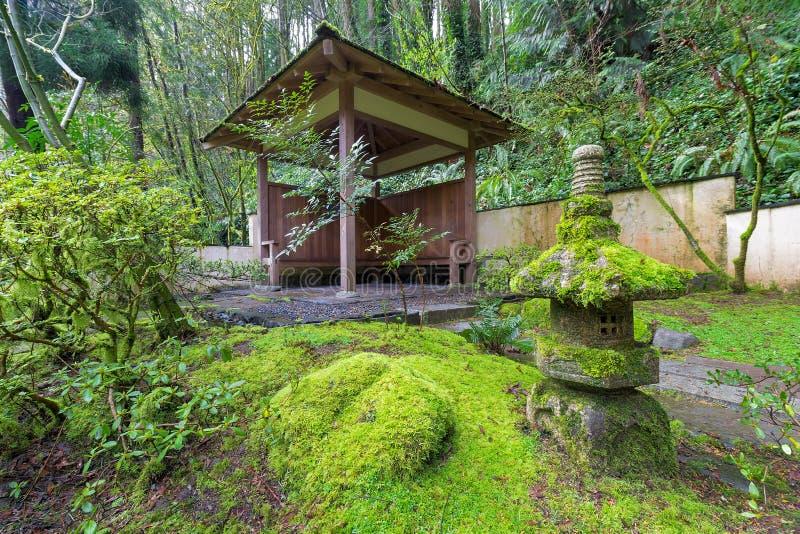 Wood skydd på japanträdgården arkivbild