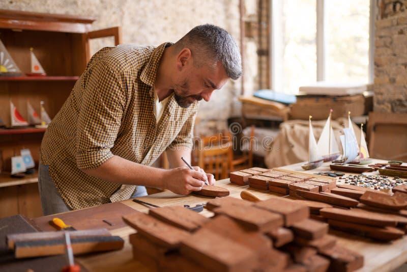 Wood snickare på arbete i hans seminarium arkivbilder