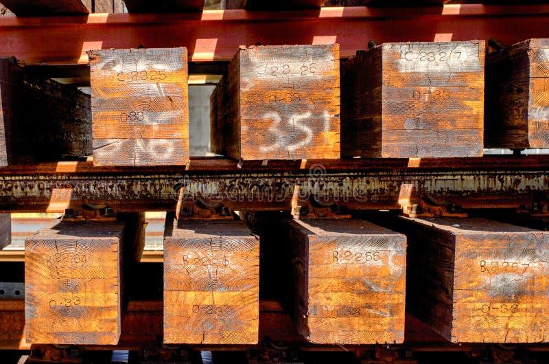 Wood stångband som är klara för utplacering fotografering för bildbyråer