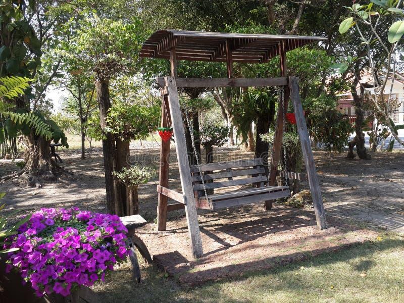 Wood stol i trädgård arkivfoton
