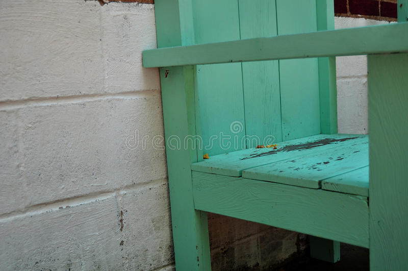Wood stol med flagnande målarfärg royaltyfri fotografi