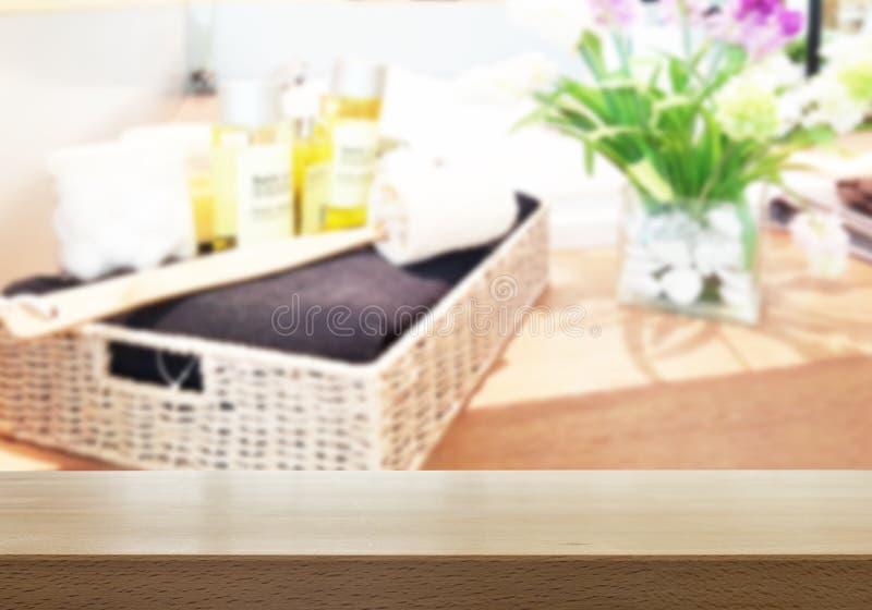 Wood tabellöverkant med det suddiga badrummet royaltyfri fotografi