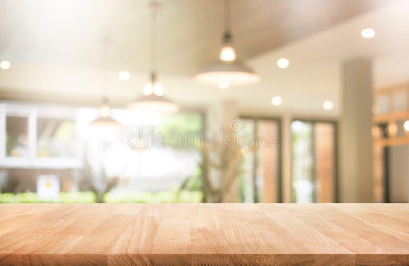 Wood tabellöverkant med suddighetscoffee shop eller kafét, restaurang fotografering för bildbyråer