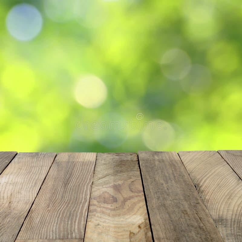 Wood tabellöverkant på gröna oskarpa bakgrunder arkivbild