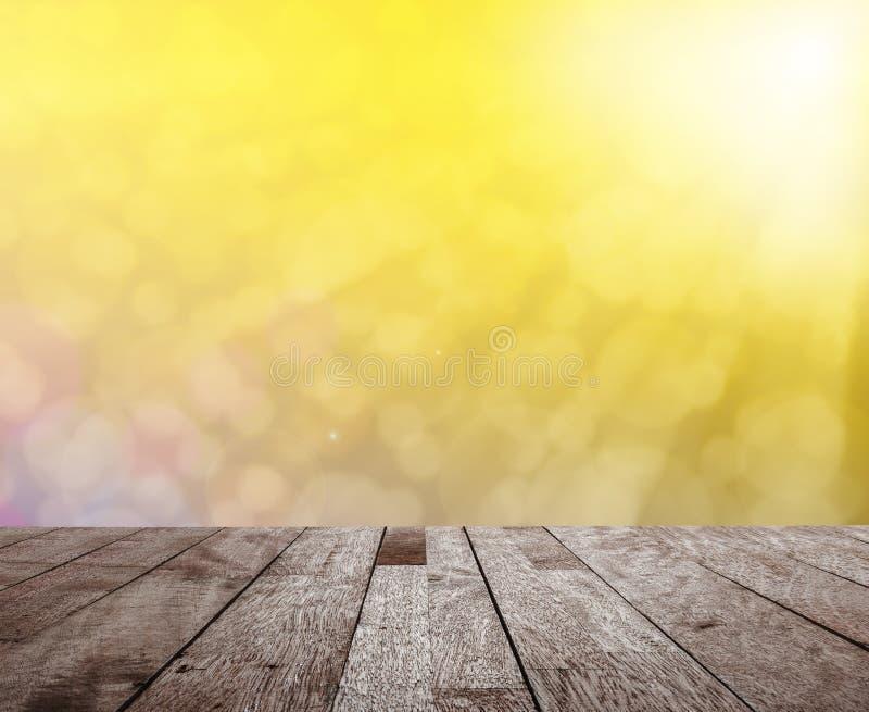 Wood tabellöverkant på suddig färgrik ljus bokeh med den ljusa signalljuset arkivbilder