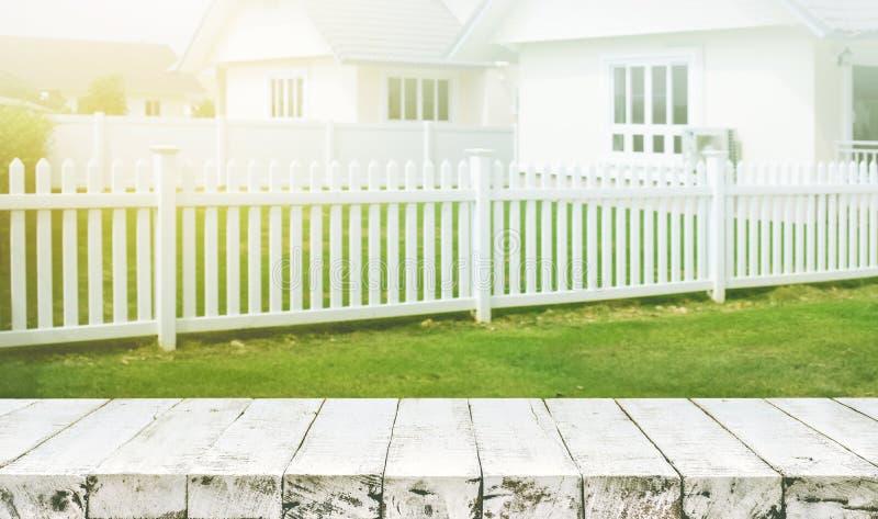 Wood tabellöverkant på suddighet av det vit staketet och trädgårdbakgrund fotografering för bildbyråer