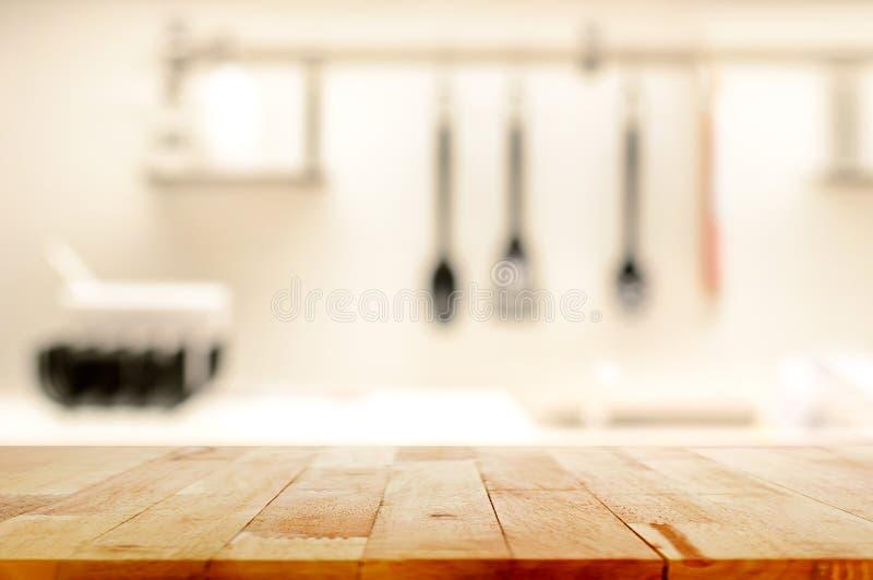 Wood tabellöverkant (som kökön) på suddighetskökbakgrund fotografering för bildbyråer