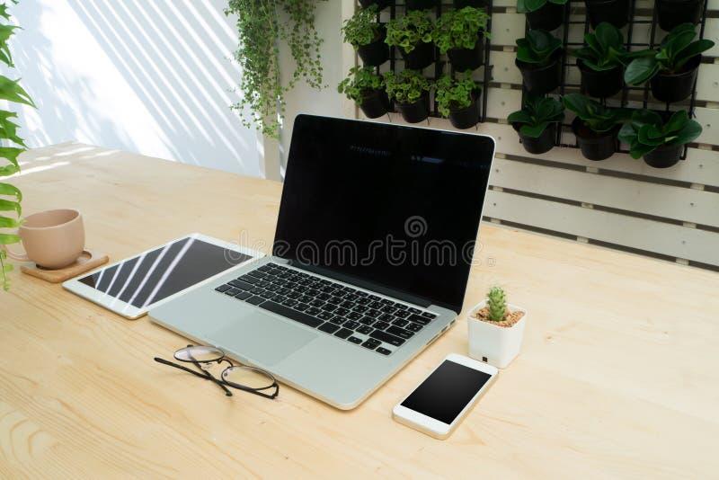 Wood tabell för kontor med teknologikommunikationsobjektet och stol I royaltyfri bild