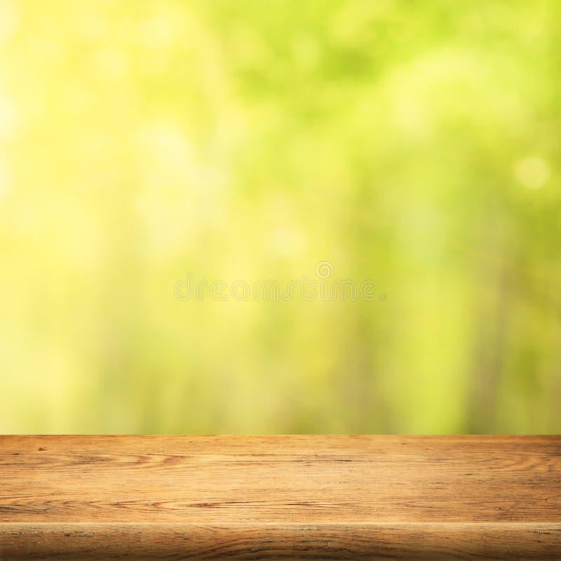 Wood tabell på grön sommarskogbakgrund royaltyfria foton