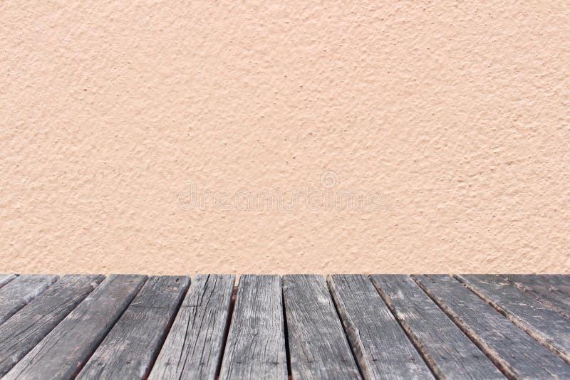 Wood tabell på rosa väggbetongbakgrund royaltyfri bild