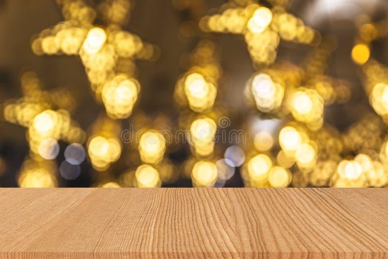 Wood tabellperspektivöverkant på skinande varm ljus bokehbakgrund royaltyfria foton